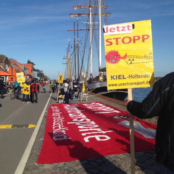 Mahnwache in Kiel bei Durchfahrt der Kapitan Yakovlev am 1.5.2016