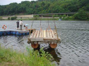 Das Floß wurde ins Wasser gelassen.