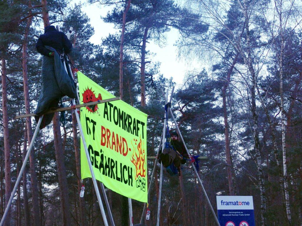 Atomkraft Brandgefährlich - Blockade mit Dreibein vor ANF